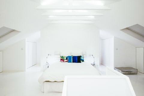 Белым бело. Интерьер двухуровневой квартиры White Attic в центре Лиссабона